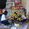 Tham dự thi cắm hoa và gói bánh tại nhà thiếu nhi huyên